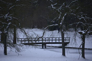 Le petit pont en bois en plein hiver - image #287507 gratis