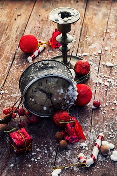 Alarm clock and Christmas decorations - бесплатный image #302017
