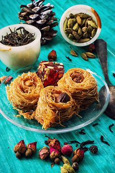 Eastern sweets, dry tea and cardamom - image gratuit #302027