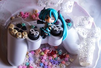 PlayStation joystick decorated with ribbons - image gratuit #302397