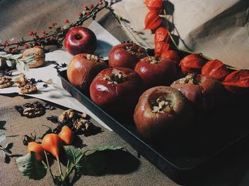Baked apples decorated with dry flowers - бесплатный image #303287