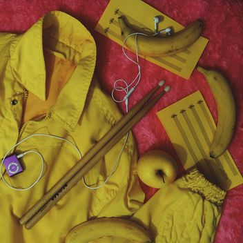 Yellow things on red - image gratuit #303307