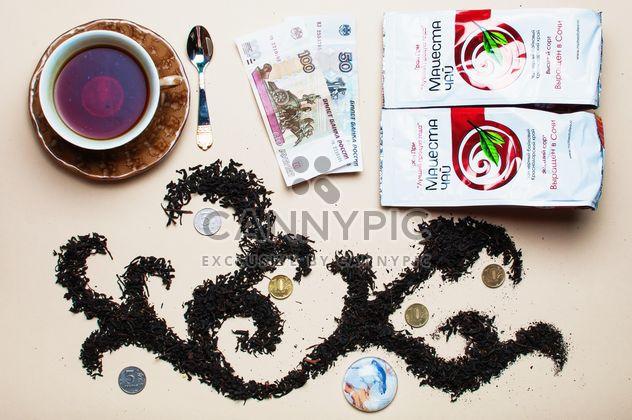 Thé sec et tasse de thé sur fond beige - image gratuit(e) #303947