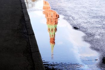 Reflection of Kremlin tower in puddle - image gratuit #304787