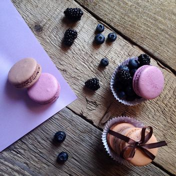 Macaroons, blueberries and blackberries - image gratuit #329097