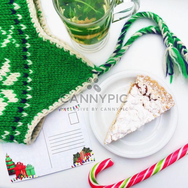 чай с мятой и торт вблизи зеленой шляпе и письмо Деду Морозу - бесплатный image #329197