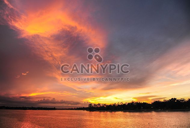 Coucher de soleil sur un lac - image gratuit(e) #329987