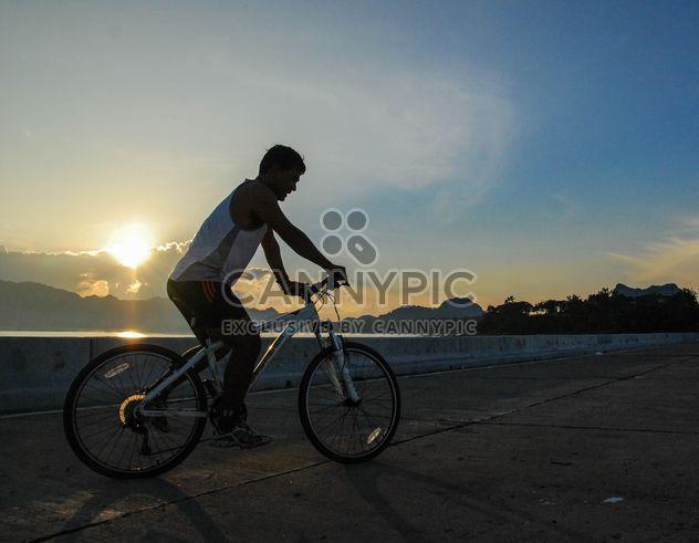 Человек, езда на велосипеде по дороге - бесплатный image #330357