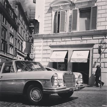 Old Mercedes car in street of Rome - image #331187 gratis