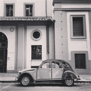 Old Citroen 2CV car parked near the house in the street, black and white - бесплатный image #331867