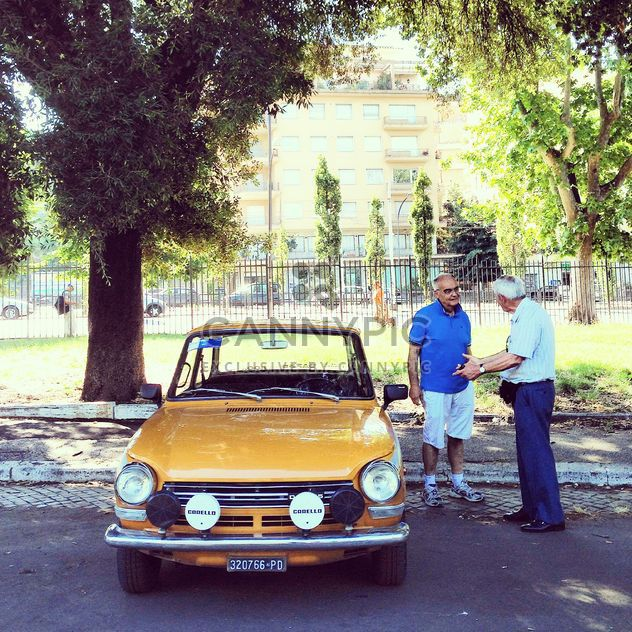 Мужчины, обсуждая старый автомобиль - бесплатный image #332007