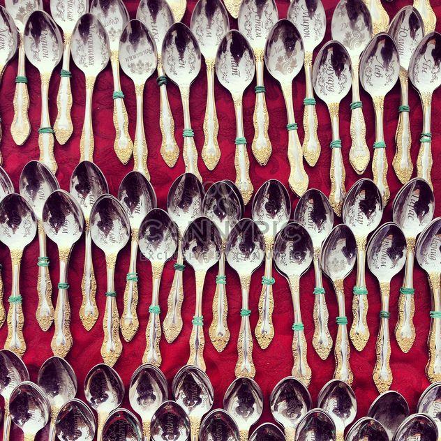 Сувенирные ложки на красном фоне - бесплатный image #332087