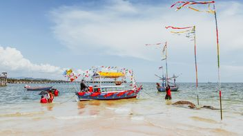 giving alms on Hua Hin beach - image gratuit #332907