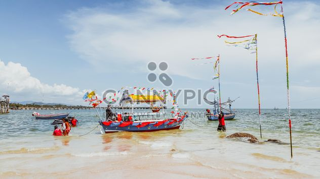 giving alms on Hua Hin beach - image #332907 gratis