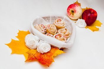 Roses made of dough and apples - image gratuit #337847