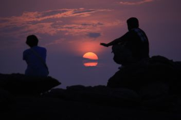 Silhouettes of people at sunset - image #338497 gratis