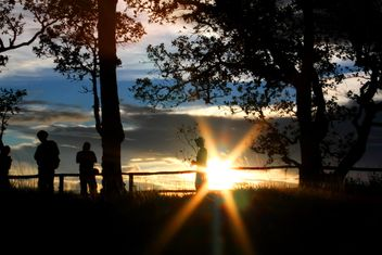 Silhouettes of people at sunset - image gratuit #338527