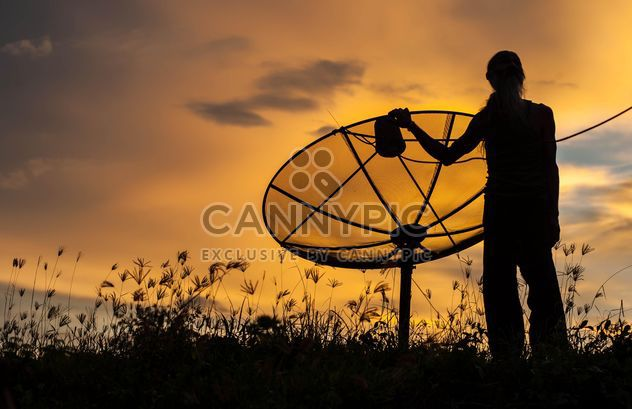 Man near satellite antenna - image gratuit #338557