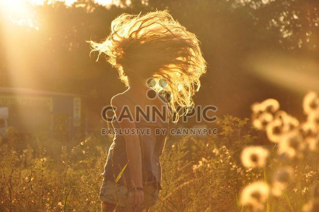 Fille en champ au coucher du soleil - image gratuit #338567
