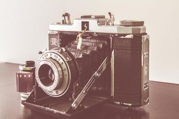Old camera on table - image gratuit(e) #341347