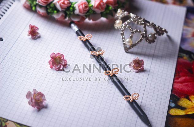 Notizbuch und Stift mit Blumen und Bändern geschmückt - Kostenloses image #342127
