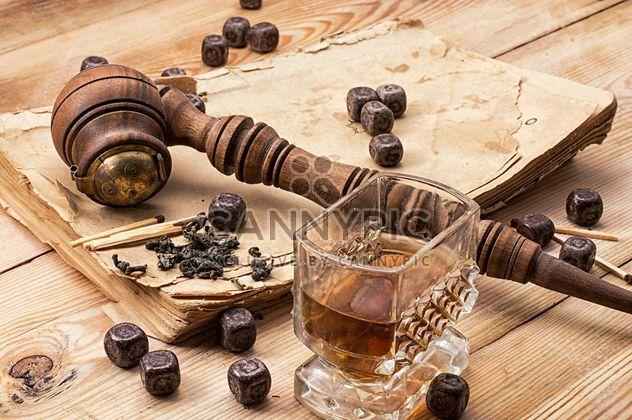 Nature morte avec pipe de tabac, chocolat et verre de brandy - image gratuit #342487