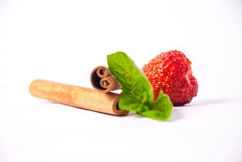 Fresh strawberry with mint and cinnamon on white background - image gratuit(e) #342517