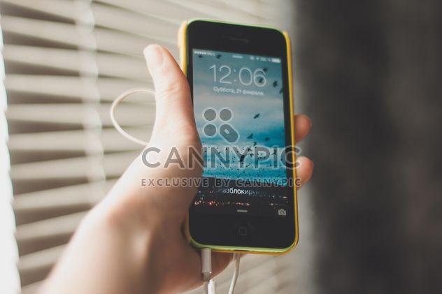 Девочка держит смартфон в ее руке - бесплатный image #343507