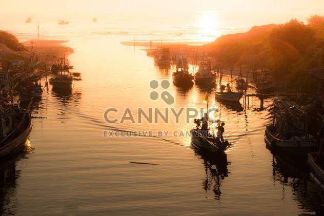 Pescadores del mar en Tailandia - image #343997 gratis