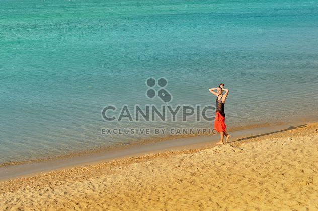 Chica caminando por la costa - image #344037 gratis