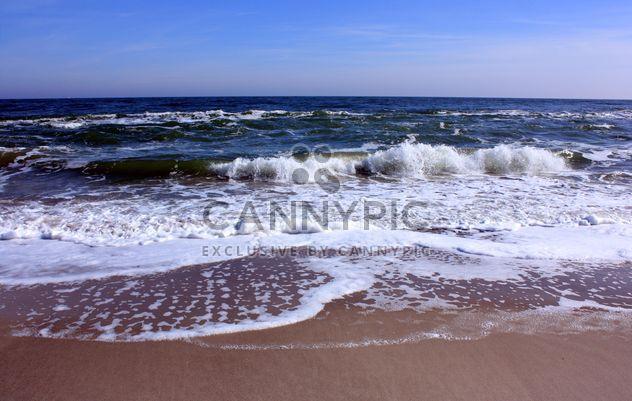 Ondas de agua de mar negro la costa arena - image #344047 gratis