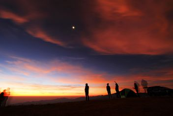 Silhouettes of people in mountains at sunset - image gratuit #345117
