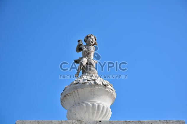 Estátua em cima do mosteiro contra claro céu azul - Free image #346277