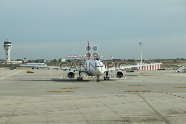 Turkish Airlines Airplane ready for take off at Barcelona Airport, Spain - image gratuit(e) #346957