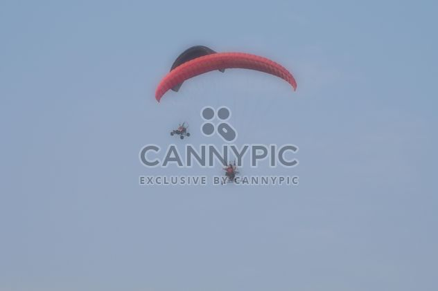 Flying paramotors in blue sky - бесплатный image #347017