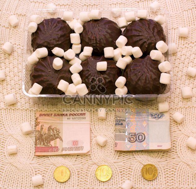 Zephyr in Schokolade, Marshmallows und Geld auf gestrickte Hintergrund - Kostenloses image #347917
