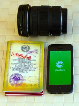 Camera lens, smartphone and books - image gratuit #348017