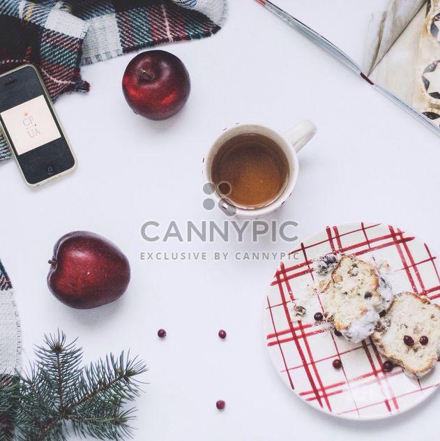 Pastel de Navidad, taza de té y manzanas sobre fondo blanco - image #348957 gratis