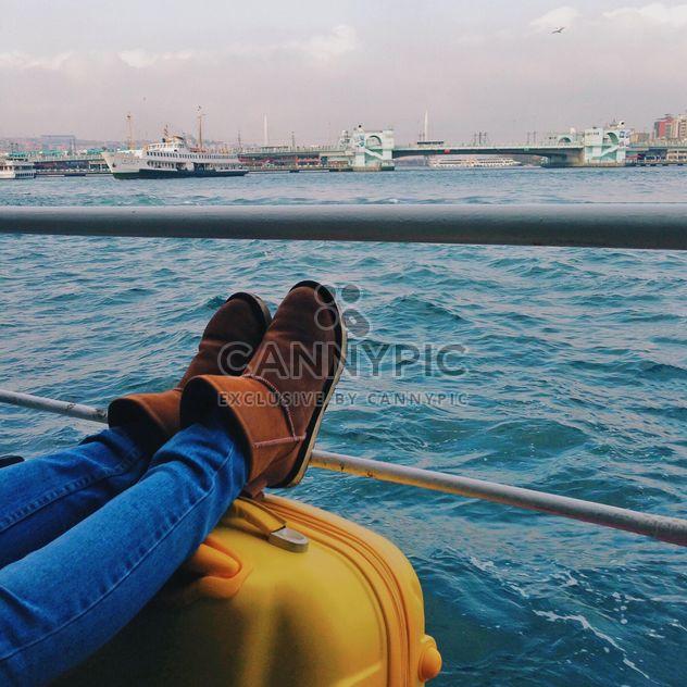 Pieds féminins sur valise sur ferry - image gratuit(e) #363657