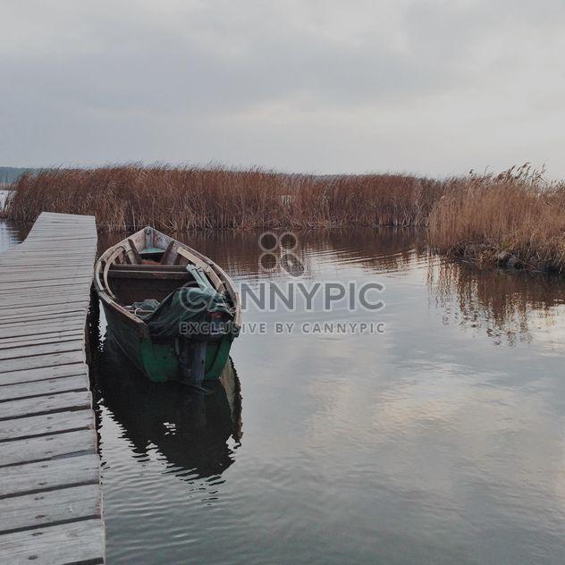 Пейзаж с лодкой на озере - бесплатный image #363667