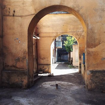 Arches in old courtyards - image #136207 gratis