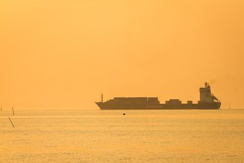 Ship in sea at sunset - image gratuit #136347