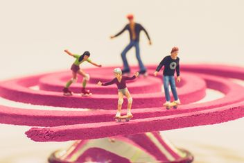 Miniature people with skateboards and roller skates - image gratuit #136377