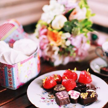 Chocolate candies with strawberries on the plate - бесплатный image #136397