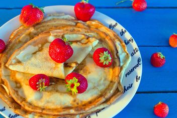 Pancakes with strawberries in plate - бесплатный image #182687