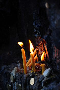 Burning candles and coins - бесплатный image #182977