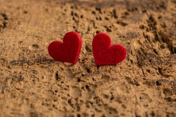 Red hearts on wood - image gratuit #182997