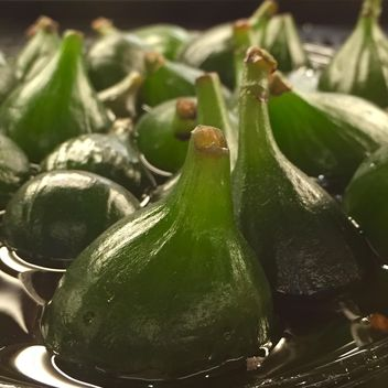 Green figs in water closeup - Free image #183067