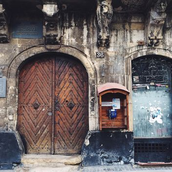 Doors of old building - image #183527 gratis