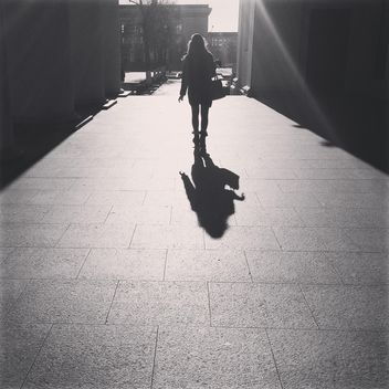 Girl walking in the street in sunny day, black and white - image #183667 gratis